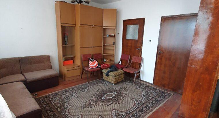 продавам етаж от къща с гараж и двор